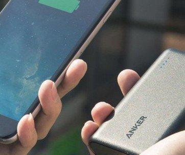un smartphone et une batterie externe
