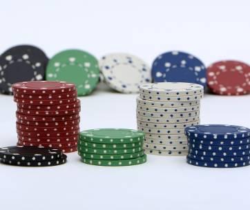 des jetons de poker rouge blanc bleu noir et vert
