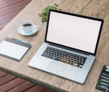 un ordinateur apple sur un bureau en bois