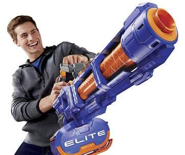 un garçon qui tient un pistolet nerf bleu et orange