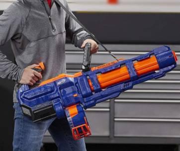 un homme qui tient un puissant pistolet nerf