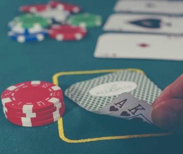 main qui lève 2 cartes au poker