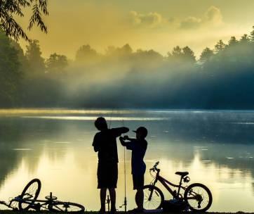 deux enfants qui font de la pêche