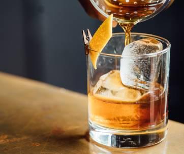 whisky avec un glaçon et un zest de citron