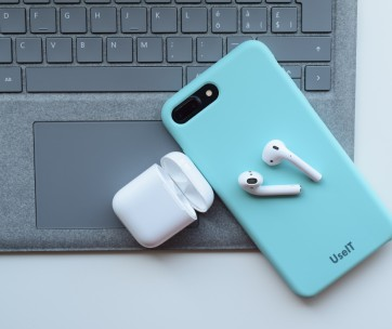 airpods appel sur un iphone bleu ciel