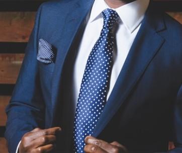 costume bleu élégant avec cravate