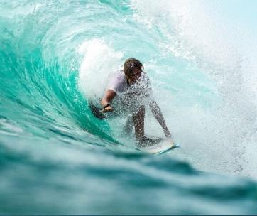 homme qui surfe un wipeout