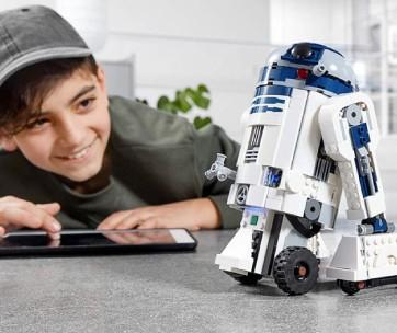 enfant qui programme un R2D2 en lego