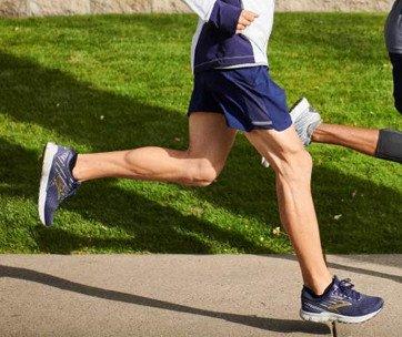 homme qui court avec des chaussures de sport