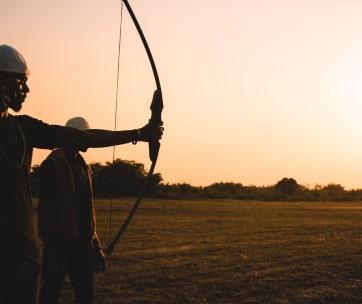 deux hommes tir à l'arc