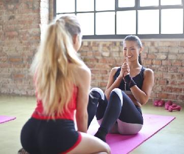 deux filles sur un tapis de yoga