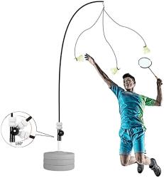 homme avec machine entraînement badminton