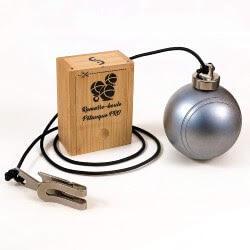 un ramasse boule de pétanque en métal en bois