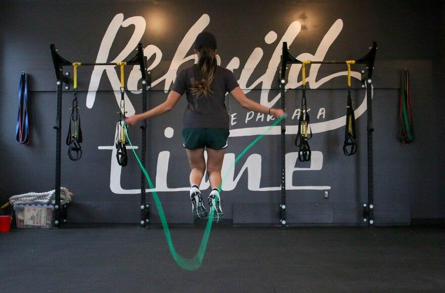 fille avec une corde à sauter professionnelle