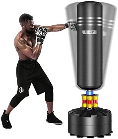 boxeur qui frappe sur un sac de frappe